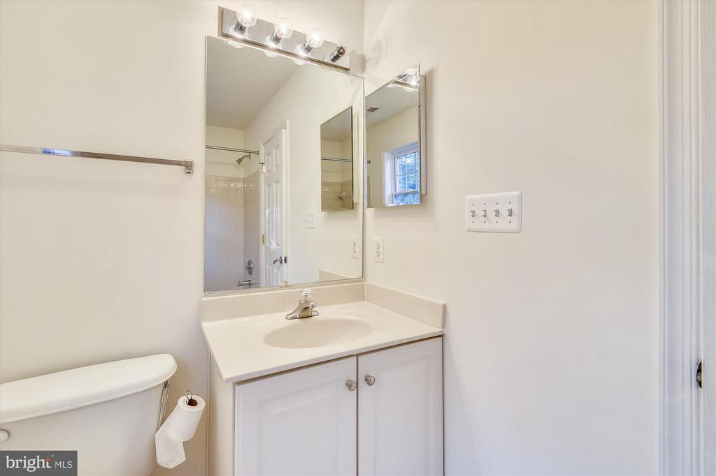 Ensuite bathroom to the large 2nd BR - 15901 EDGEWOOD DR, DUMFRIES