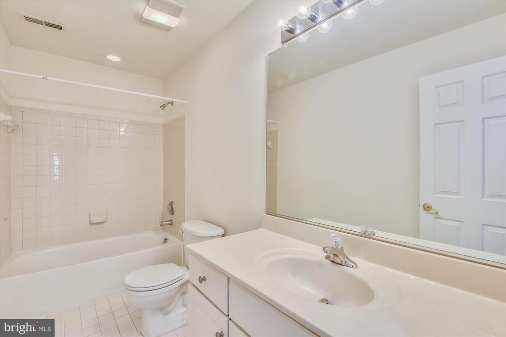 Hallway full bathroom - 15901 EDGEWOOD DR, DUMFRIES