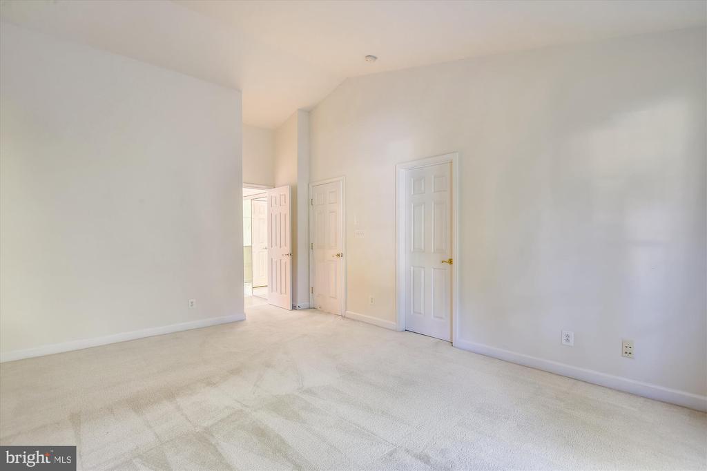 Ensuite bathroom and oversized walk in closet! - 15901 EDGEWOOD DR, DUMFRIES