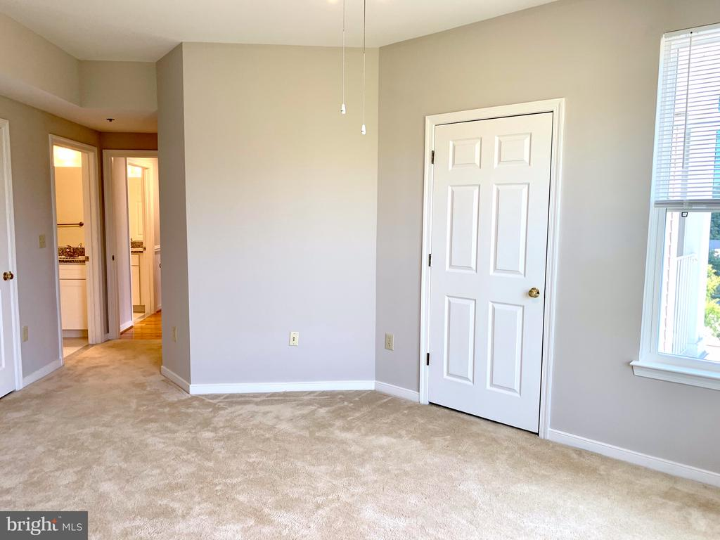 Primary Bedroom w/ 2 walk-in closets and ensuite - 1625 INTERNATIONAL DR #412, MCLEAN