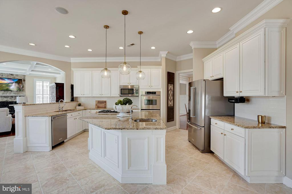 Bright Sunny Kitchen - 44220 RIVERPOINT DR, LEESBURG