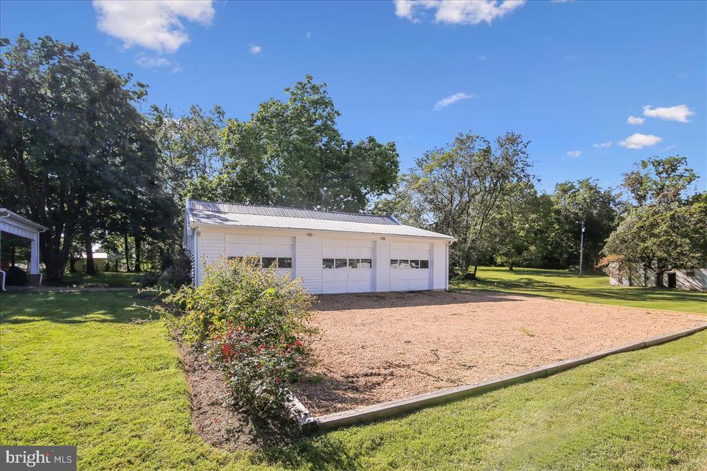 Oversized, 3 car garage. - 39860 LOVETTSVILLE RD, LOVETTSVILLE