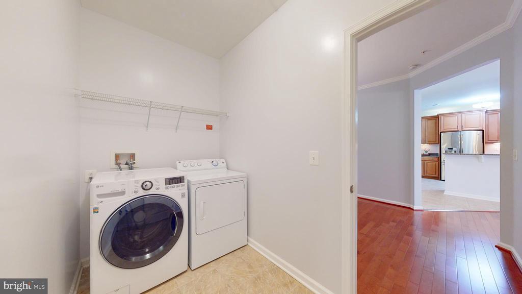 Full Size Laundry - 43144 SUNDERLAND TER #305, BROADLANDS