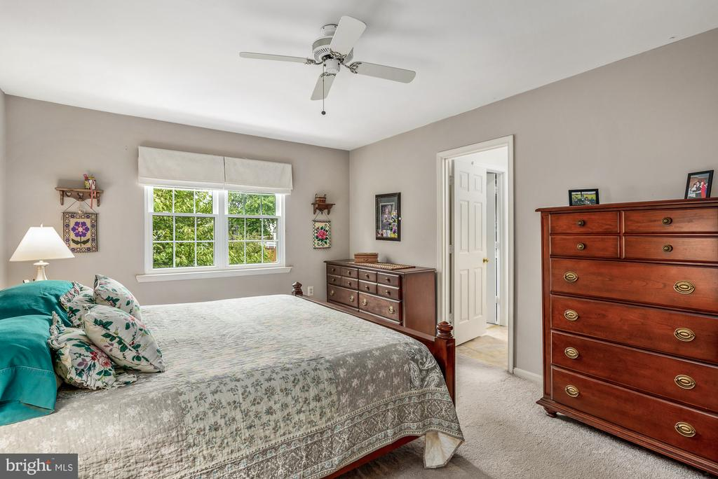 Adjoining bath to Owner's Bedroom - 507 STONEY CREEK CT, STERLING