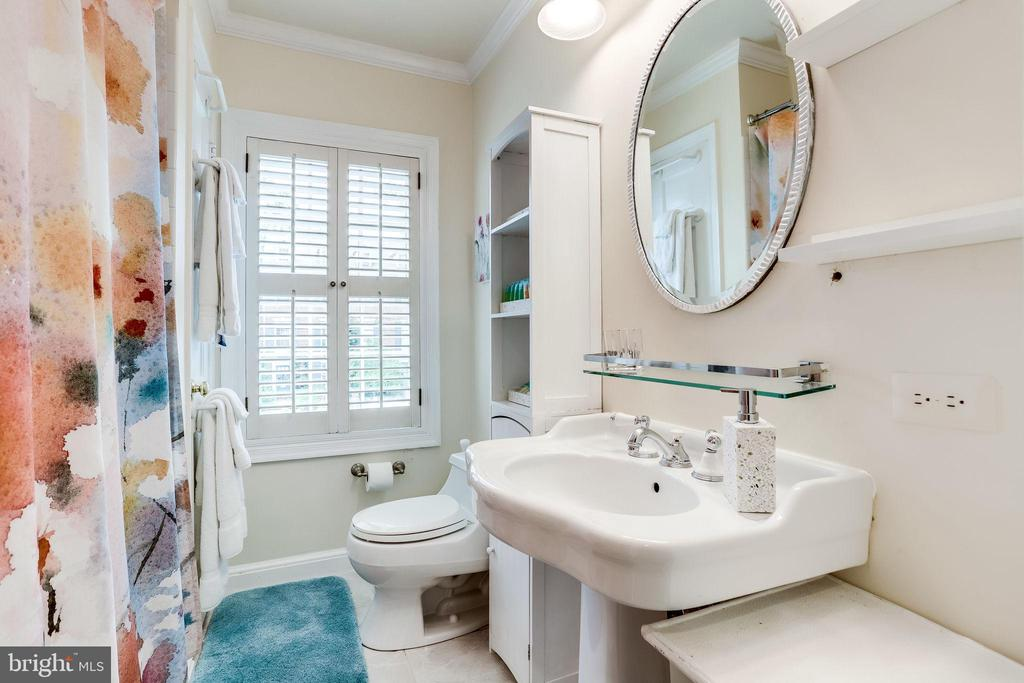 Second level full bath - 210 JEFFERSON ST, ALEXANDRIA