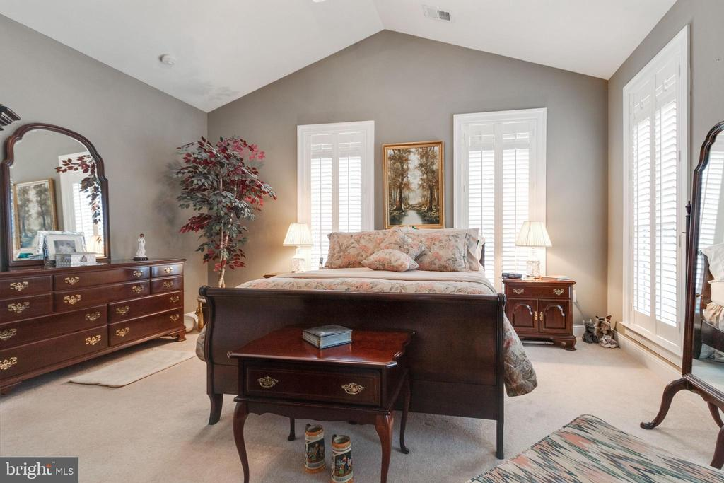 Master suite- high ceiling and plantation shutters - 4372 PATRIOT PARK CT, FAIRFAX