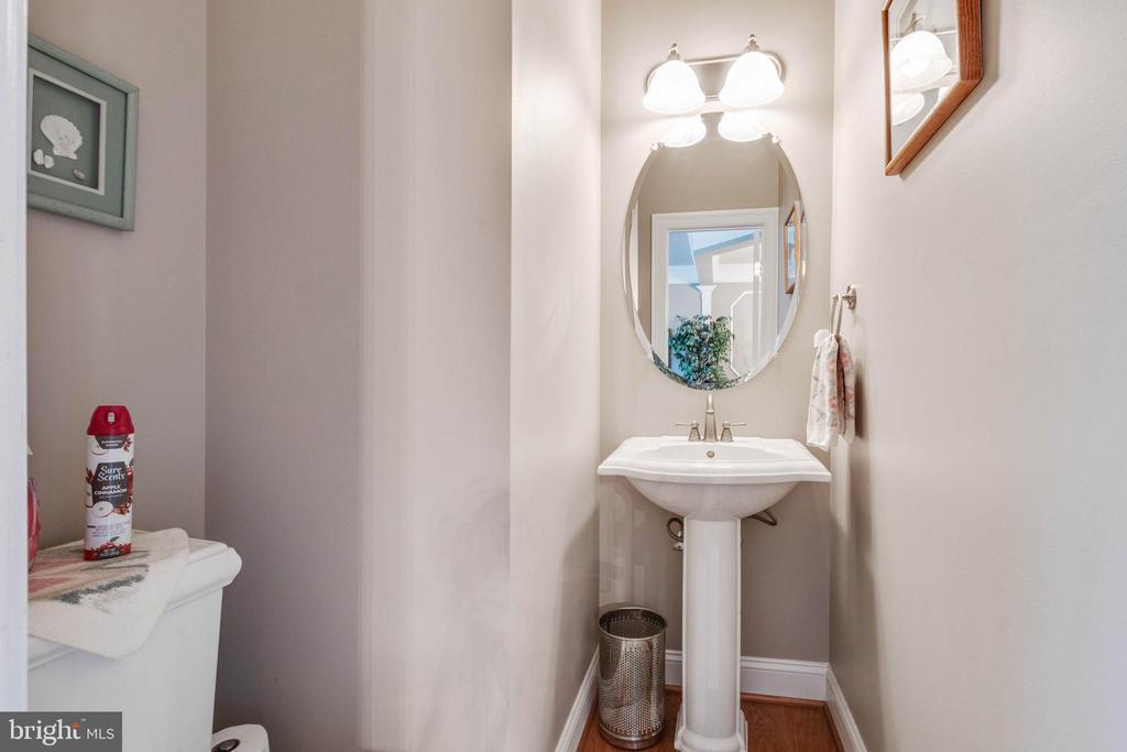 Main level powder room - 4372 PATRIOT PARK CT, FAIRFAX