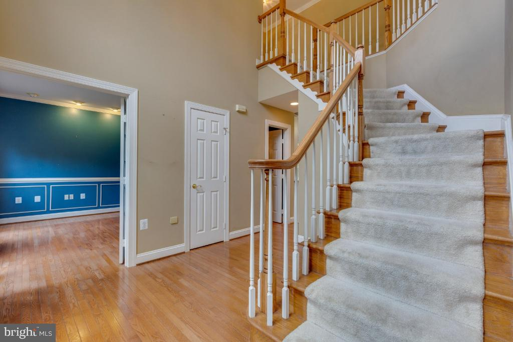Curved stairwell in 2-story foyer - 501 SABER CT SE, LEESBURG