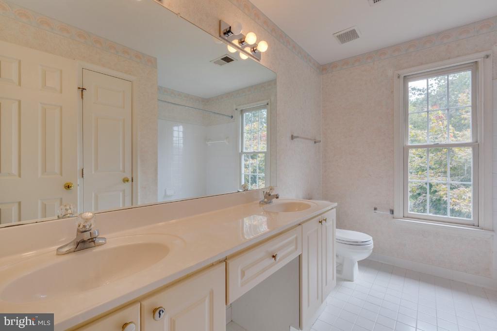 Hall upper bathroom dual sinks - 501 SABER CT SE, LEESBURG
