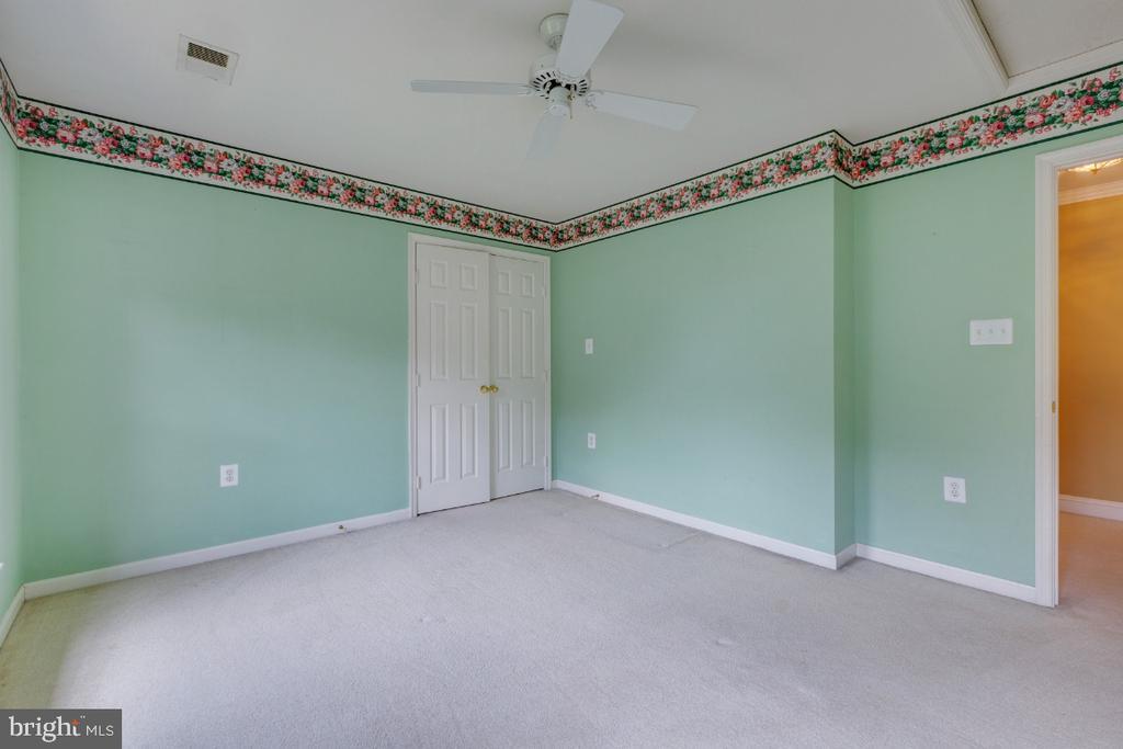 Bedroom 2 with walk in - 501 SABER CT SE, LEESBURG