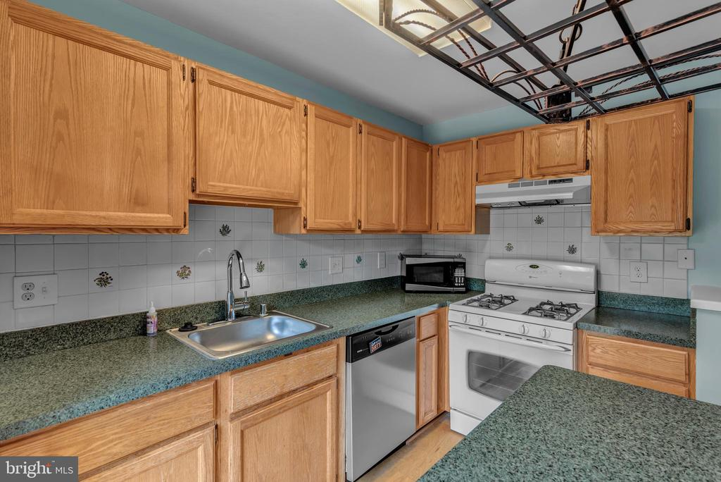 Cozy Kitchen! - 13536 DARTER CT, CLIFTON