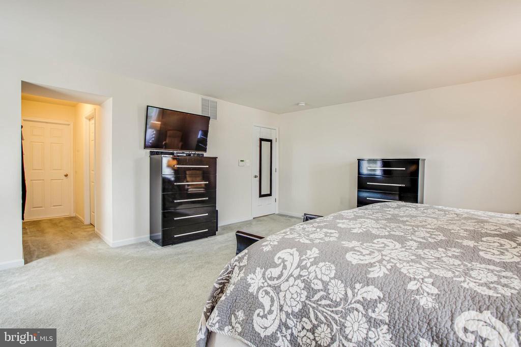 Owner's bedroom features 2 walk in closets - 1916 MEADOW LARK DR, CULPEPER