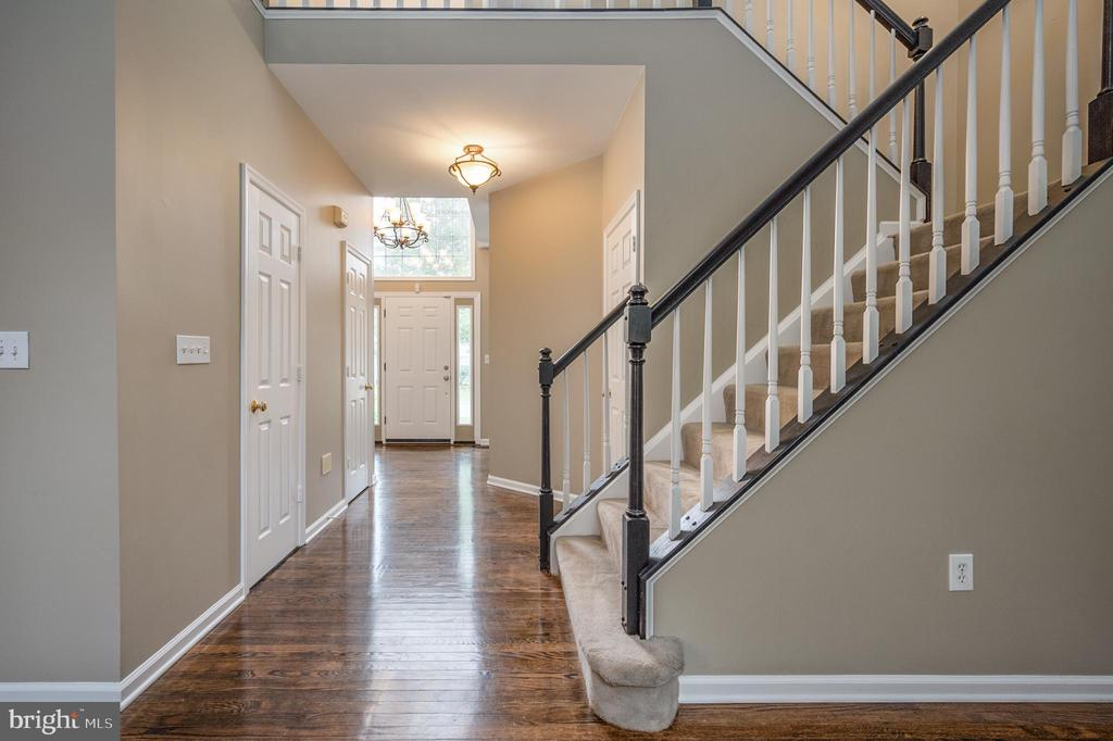 Staircase to upper level view - 5 JAMESTOWN CT, STAFFORD