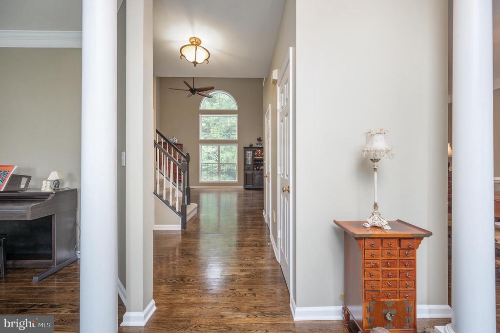 Pillars in foyer - 5 JAMESTOWN CT, STAFFORD