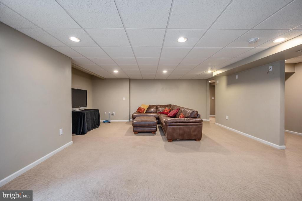 Fantastic space recreation room of basement - 5 JAMESTOWN CT, STAFFORD