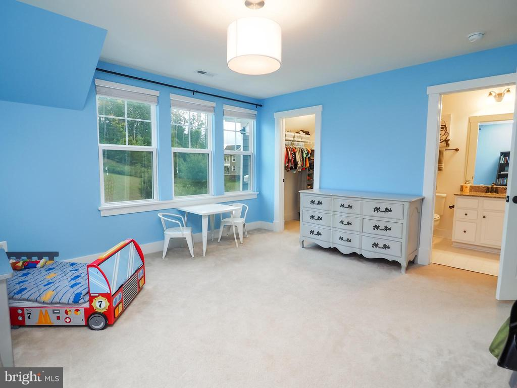3rd spacious bedroom with private full bath - 2480 POTOMAC RIVER BLVD, DUMFRIES