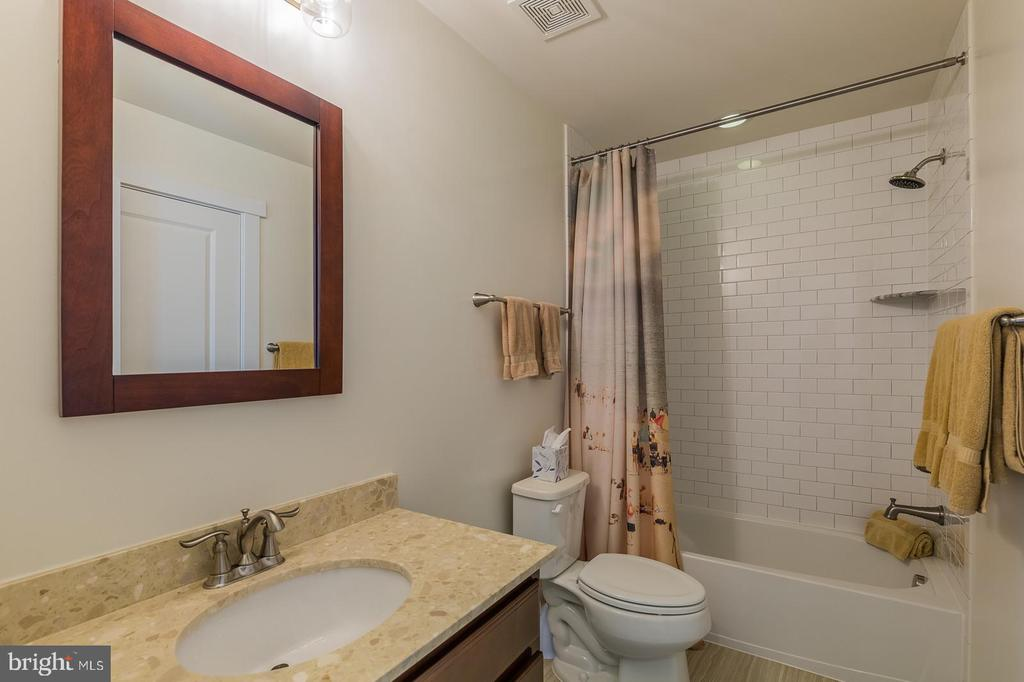 Hall bath upstairs - 16928 TAKEAWAY LN, DUMFRIES