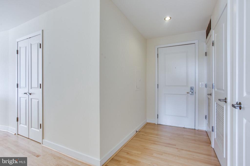 foyer with numerous coat closets - 820 N POLLARD ST #504, ARLINGTON