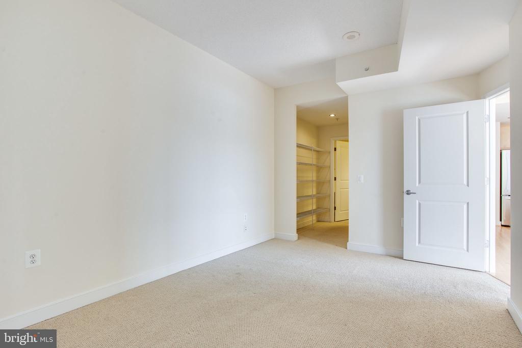 2nd bedroom looking into the bathroom - 820 N POLLARD ST #504, ARLINGTON