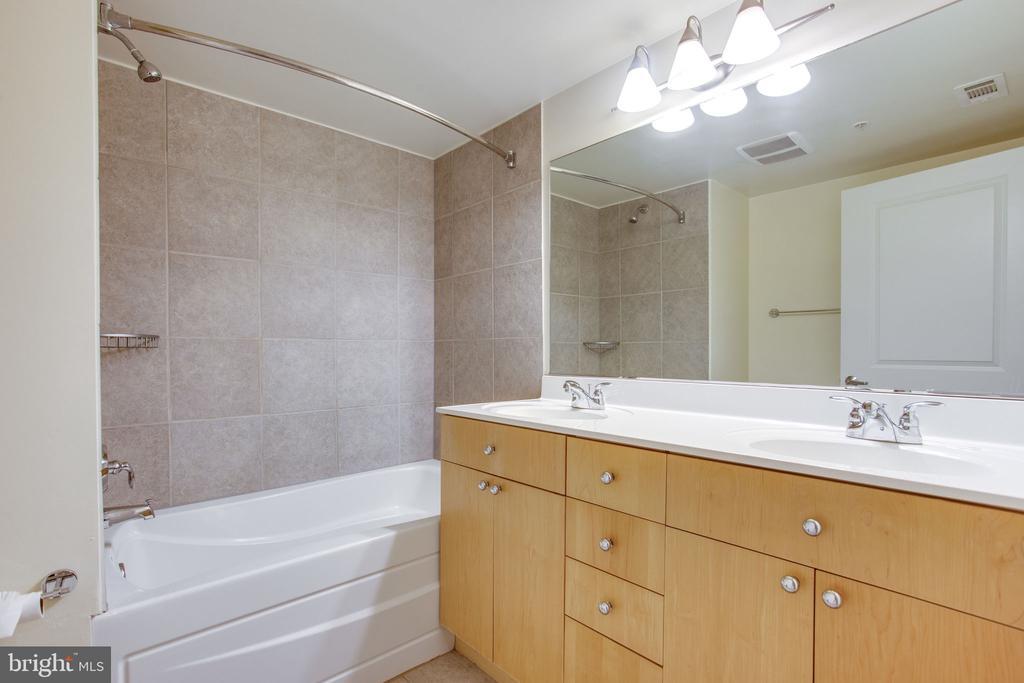 master bath with double sink, shower/tub - 820 N POLLARD ST #504, ARLINGTON