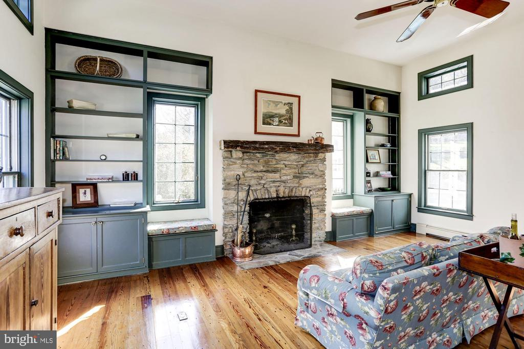 Built-ins and window seats - 8730 FOX GAP RD, MIDDLETOWN