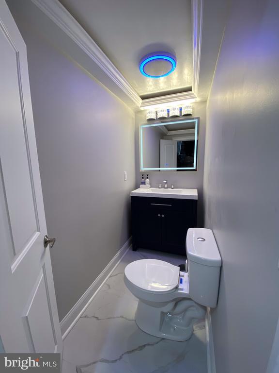 Half bathroom on main level - 15105 MCKNEW RD, BURTONSVILLE