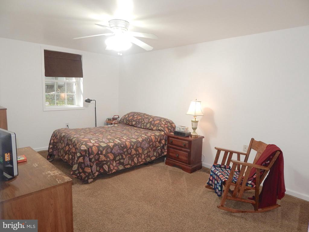 Main level large Bedroom has room for a king bed - 6012 BATTLEFIELD GREEN DR, FREDERICKSBURG