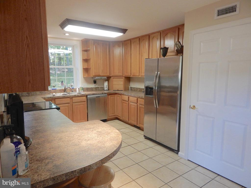Kitchen w/Tall Cabinets, Big Door to Pantry - 6012 BATTLEFIELD GREEN DR, FREDERICKSBURG