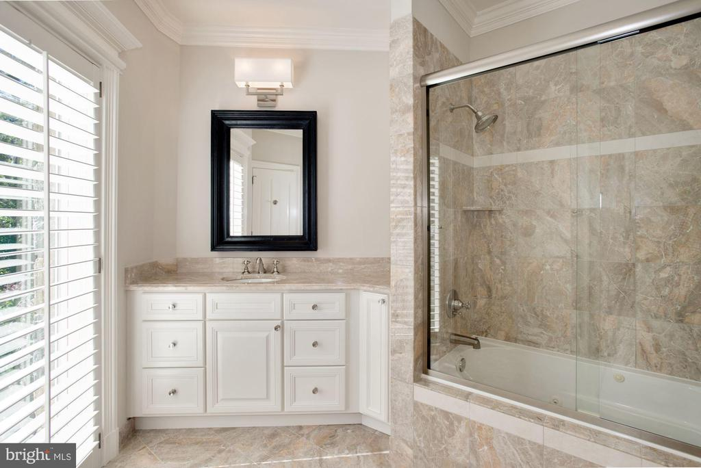 Bath - 7853 LANGLEY RIDGE RD, MCLEAN