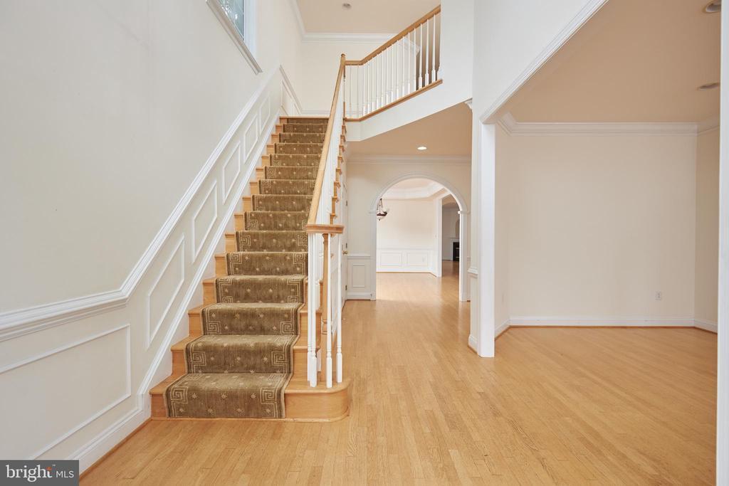 Foyer - 5517 SOUTHWICK ST, BETHESDA