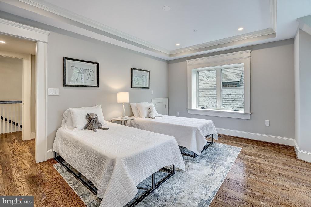 Spacious Guest Bedroom - 216 8TH ST NE #1, WASHINGTON