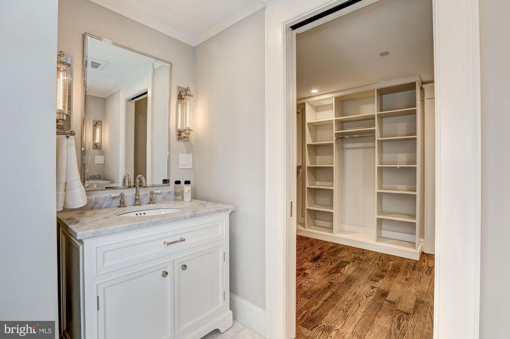 Superbly Appointed - 216 8TH ST NE #B, WASHINGTON