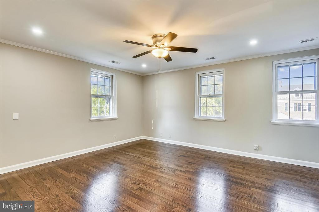 Uniquely spacious primary bedroom - 4609 34TH ST S, ARLINGTON