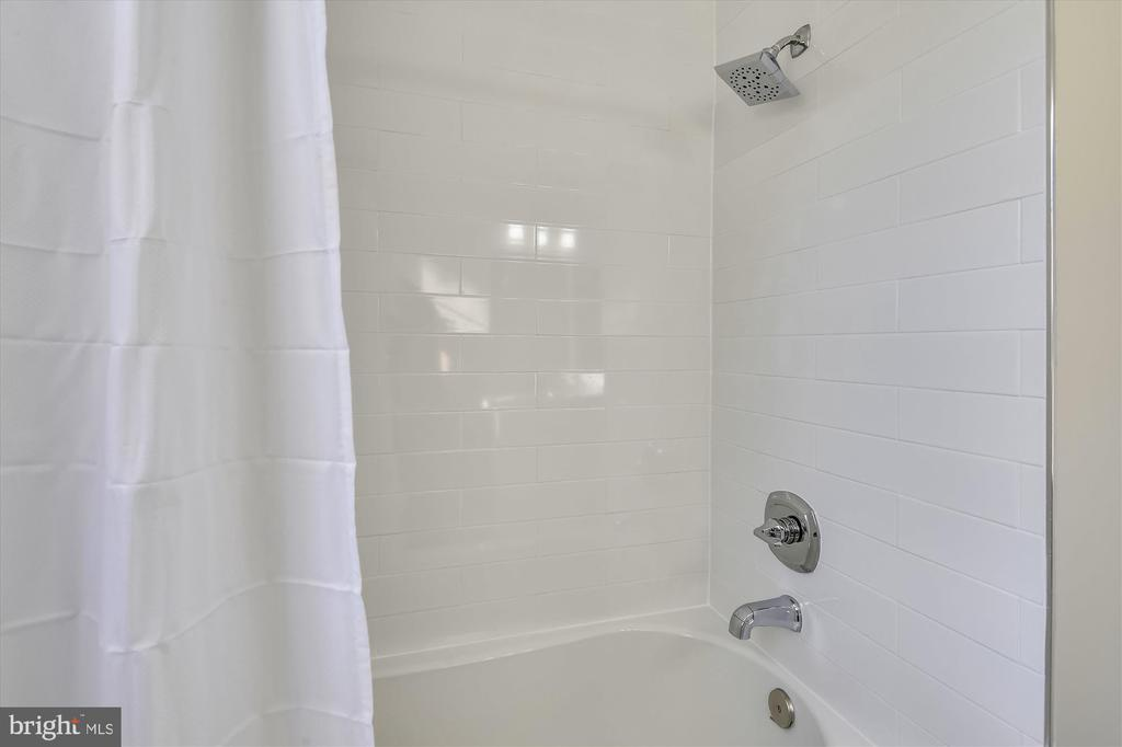 Upgraded countertops and full tub shower - 4609 34TH ST S, ARLINGTON