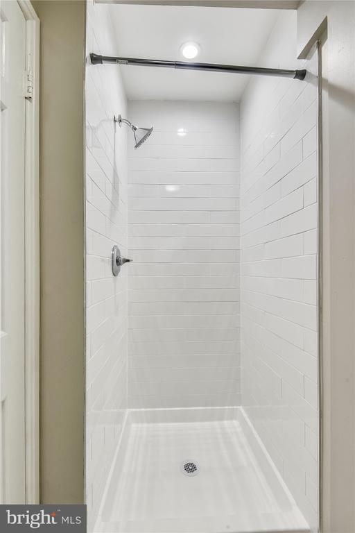 Sleek stall shower in primary bath - 4609 34TH ST S, ARLINGTON