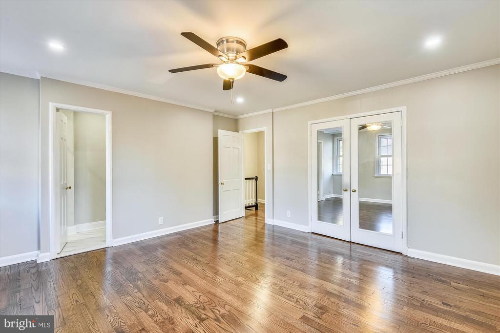 Ensuite bath, double-door closet for extra storage - 4609 34TH ST S, ARLINGTON