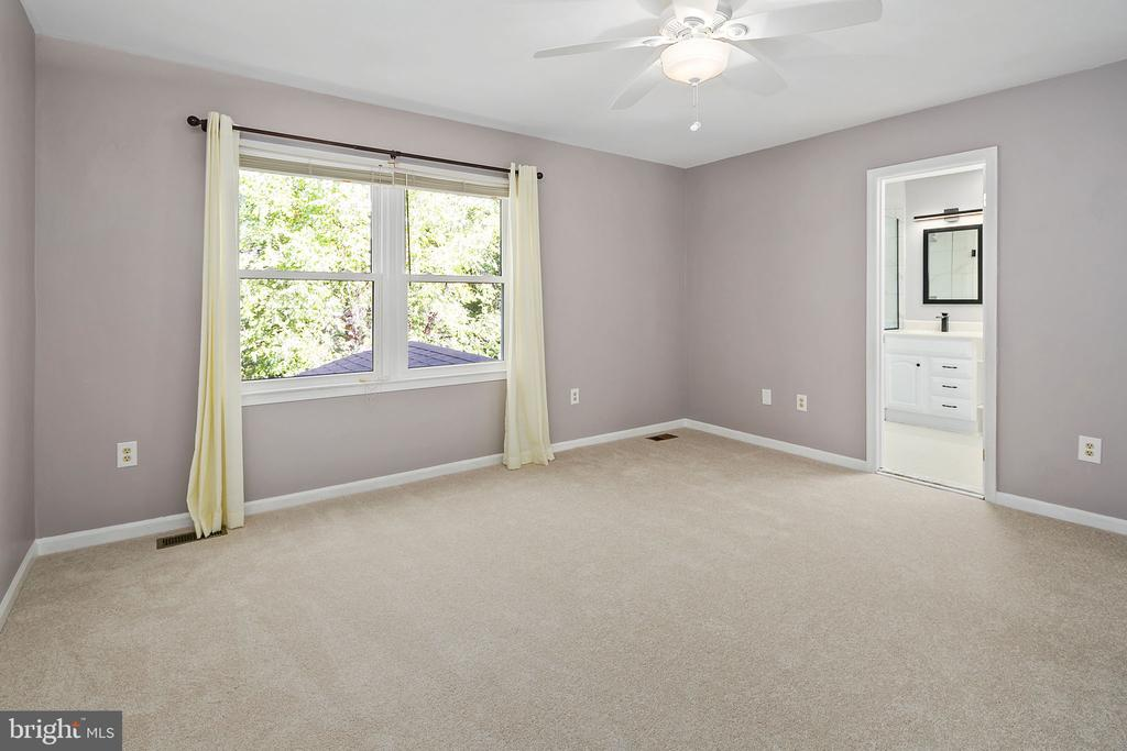 Master Bedroom with Ceiling Fan - 13124 TUCKAWAY DR, HERNDON