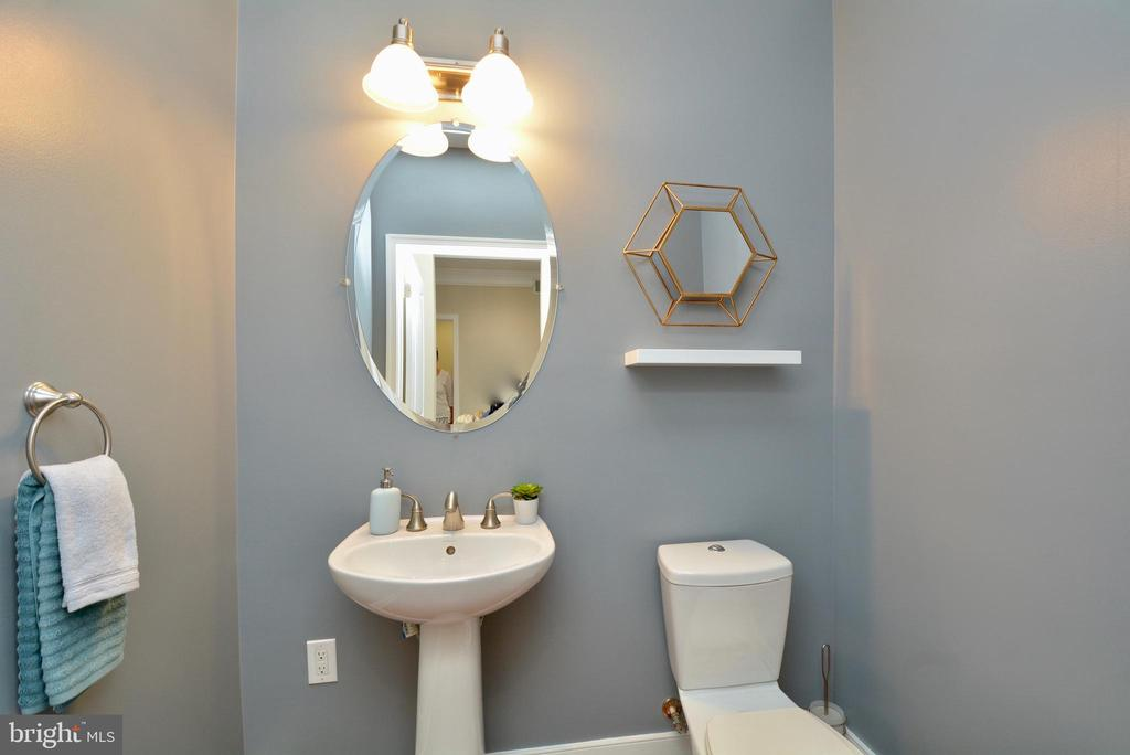 Entry level powder room - 1418 N RHODES ST #B410, ARLINGTON