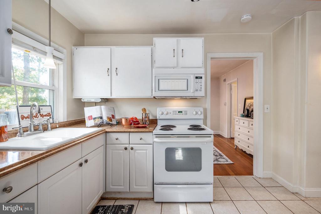 Light & Bright Kitchen - 7019 SIGNAL HILL RD, MANASSAS