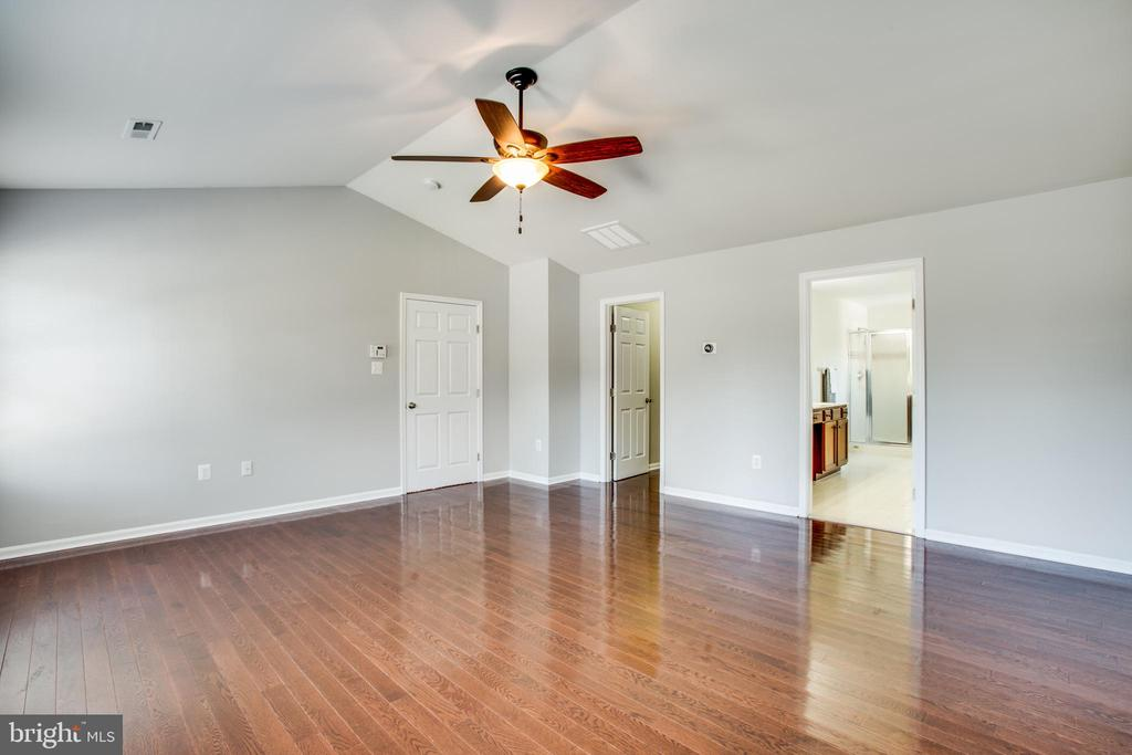 Hardwoods in the master - 81 FOUNTAIN DR, STAFFORD