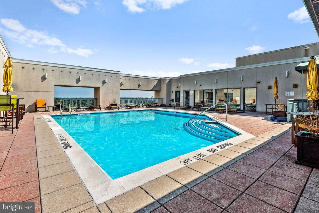 Rooftop Swimming Pool and Dining Area - 851 N GLEBE RD #1117, ARLINGTON
