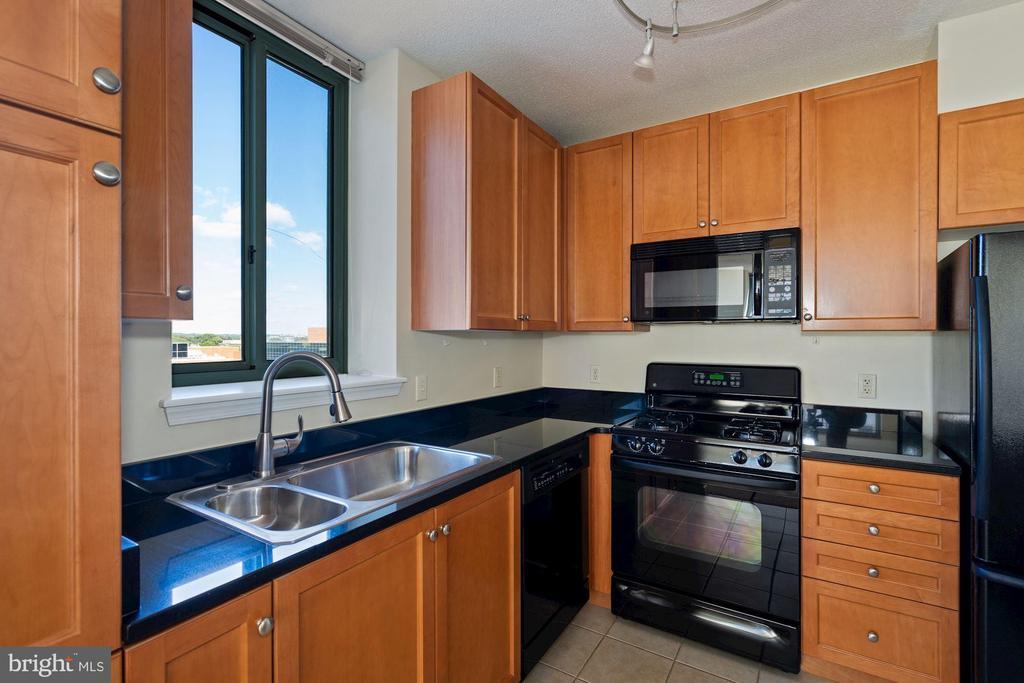 Spacious Kitchen with Granite Counter Tops - 851 N GLEBE RD #1117, ARLINGTON