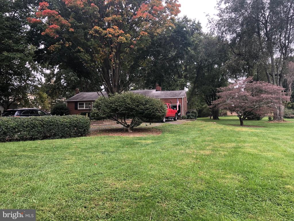 House sits centrally on lot - 161 LAWSON RD SE, LEESBURG