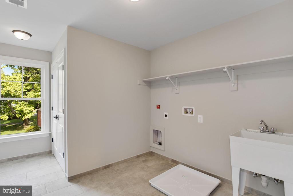 Very large Laundry Rm w/window & linen closet - 3414 BURROWS AVE, FAIRFAX