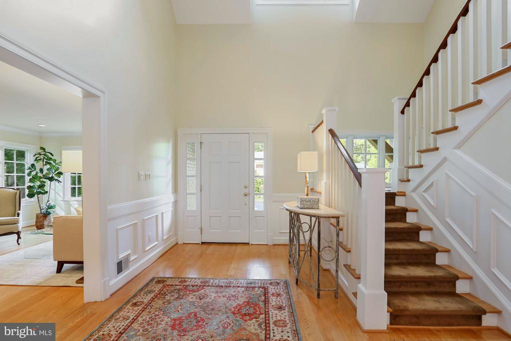 Stunning foyer with beautiful Wainscoting - 3540 N VALLEY ST, ARLINGTON