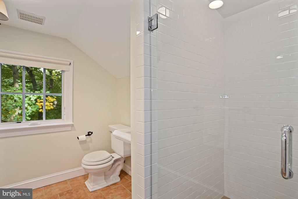 Third floor bathroom - 3540 N VALLEY ST, ARLINGTON