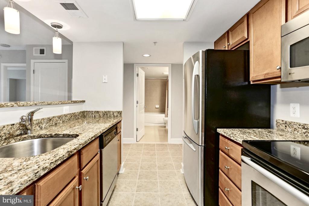 Lovely kitchen overlooking dining area & fam room - 11800 SUNSET HILLS RD #311, RESTON