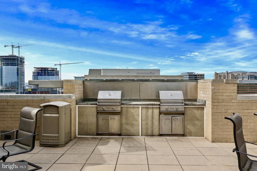 Multiple grills for rooftop dinners - 11800 SUNSET HILLS RD #311, RESTON