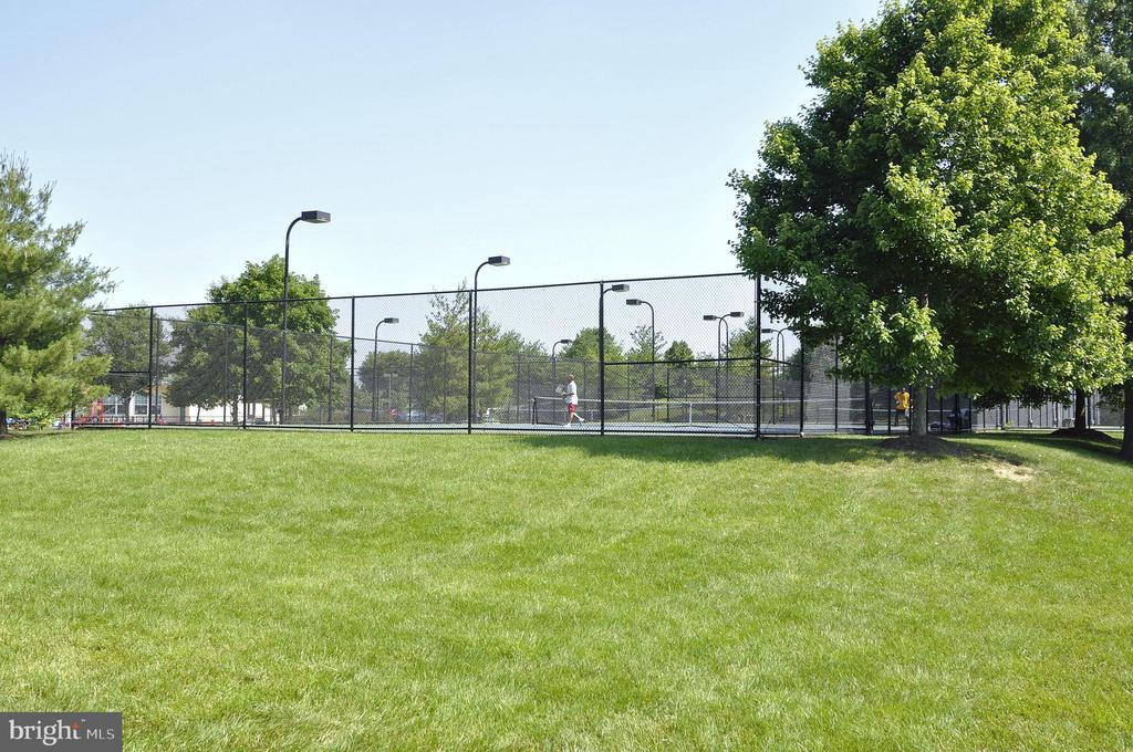 Many tennis courts in Ashburn Farm - 43207 SUMMITHILL CT, ASHBURN