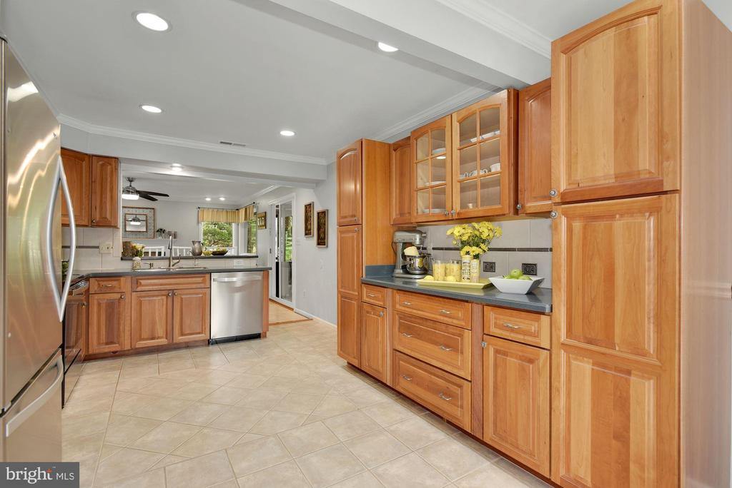 Updated Kitchen with heated tile floors - 7 COLEMAN LN, STERLING